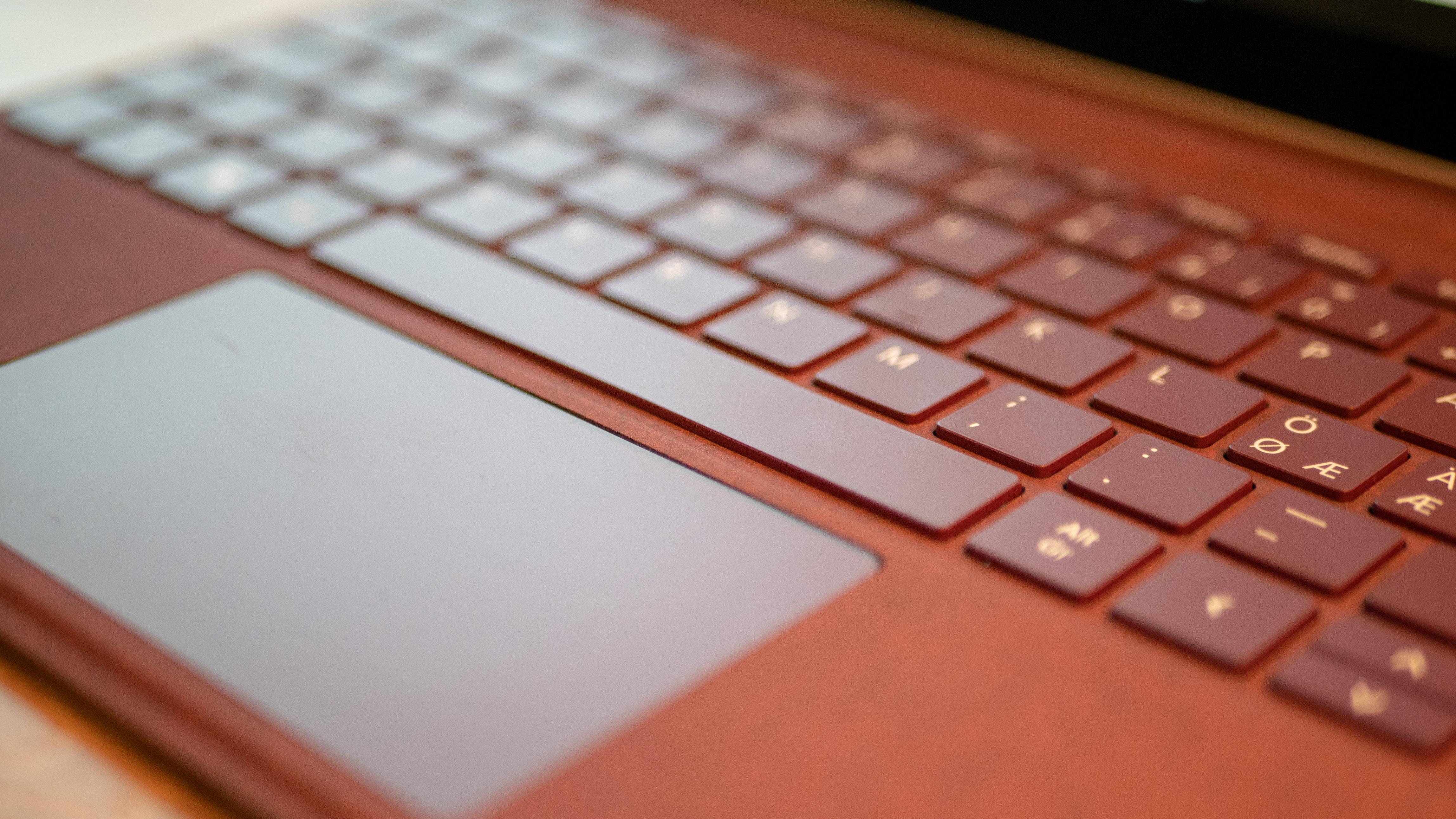 Litt mindre enn vi er vant med, men tastaturet og styreflaten overrasker positivt.