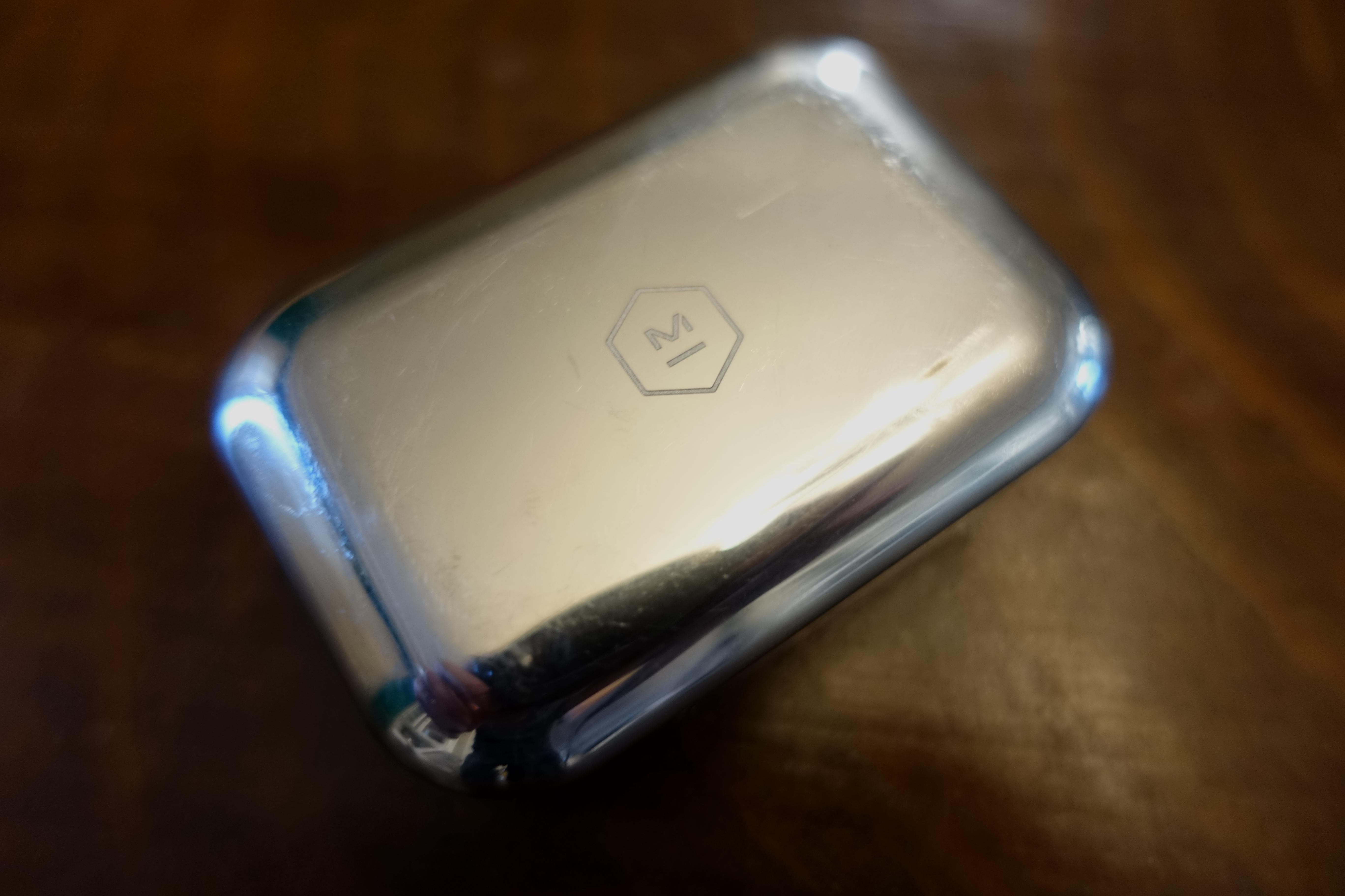 Aluminiumet riper lett - faktisk var det riper på lade-enheten første gang vi pakket opp.