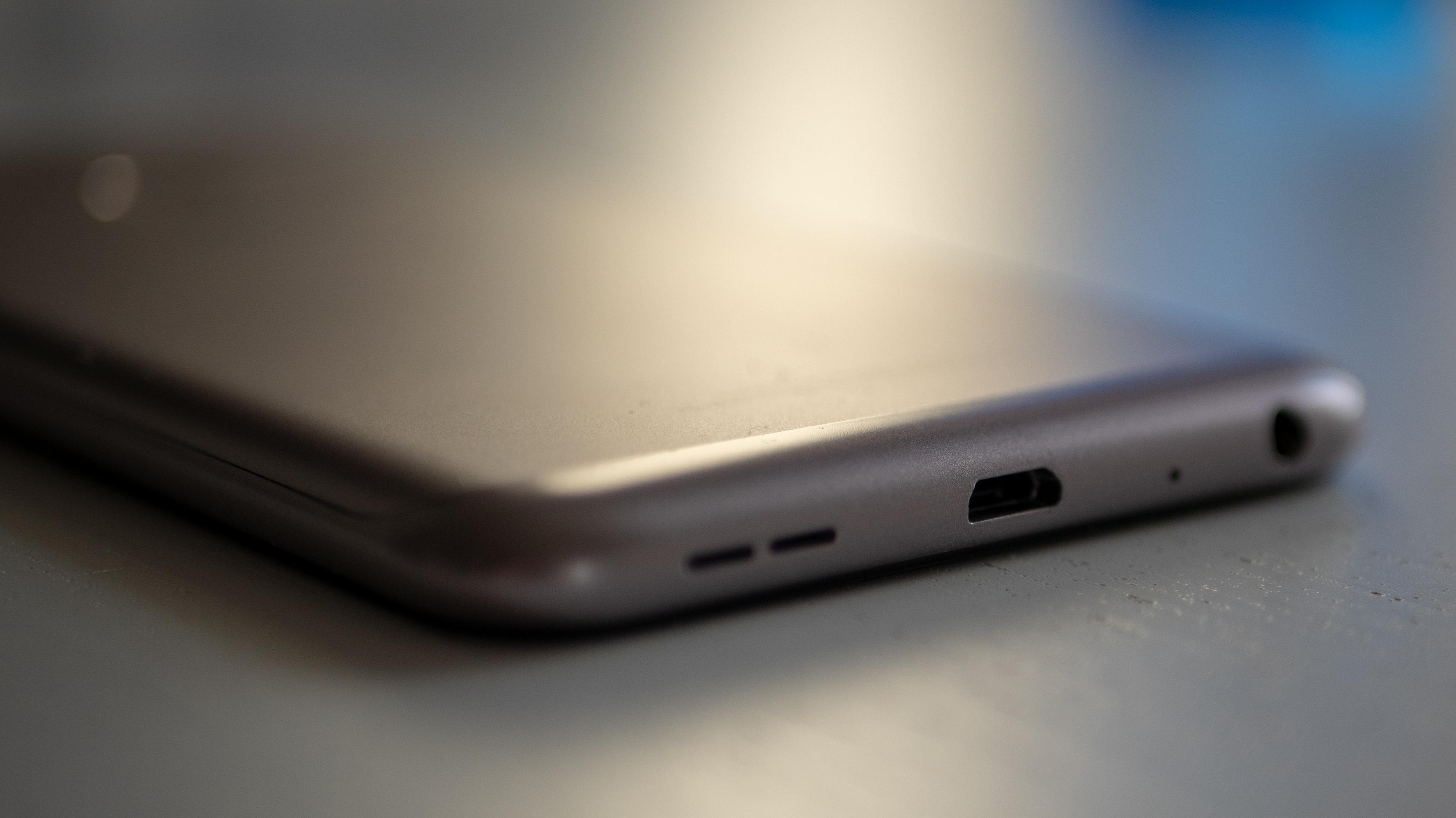 micro-USB-kontakten møtes ikke med jubel av ITavisen-redakasjonen.