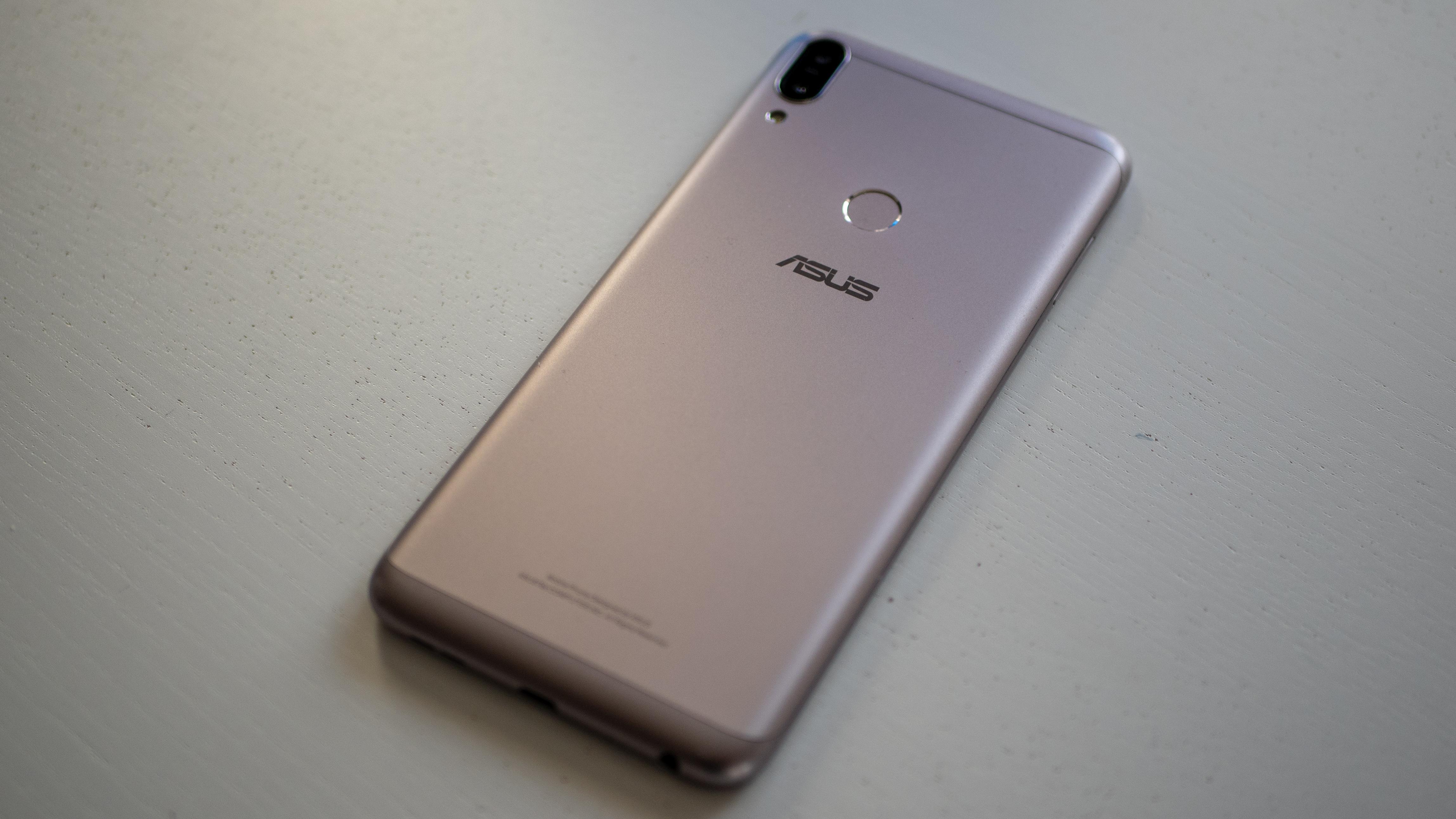 Asus Zenfone Max Pro har et helt ordinært design, og det er egentlig helt OK.