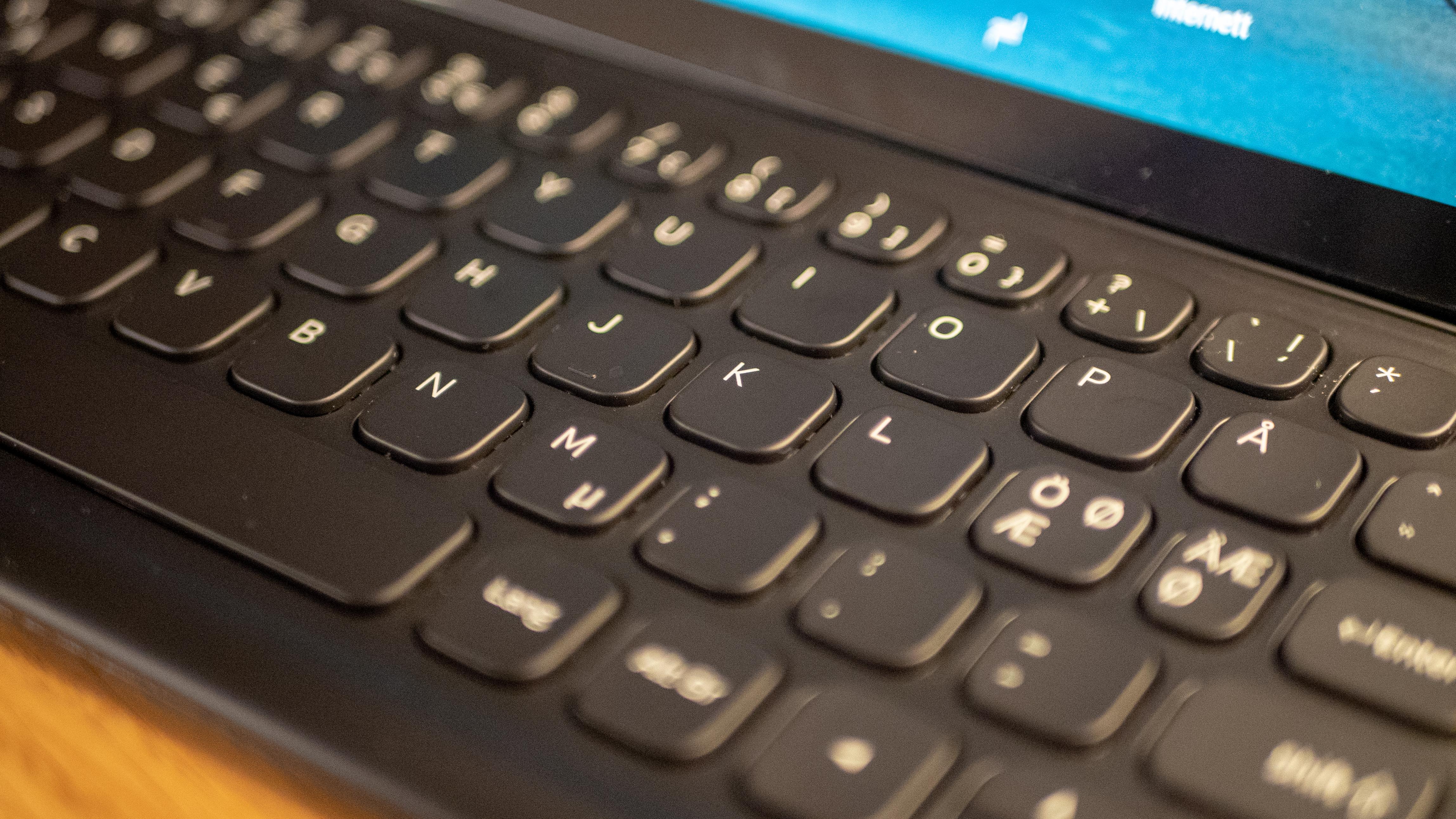 Tastaturet er godt å skrive på, tross de små knappene.