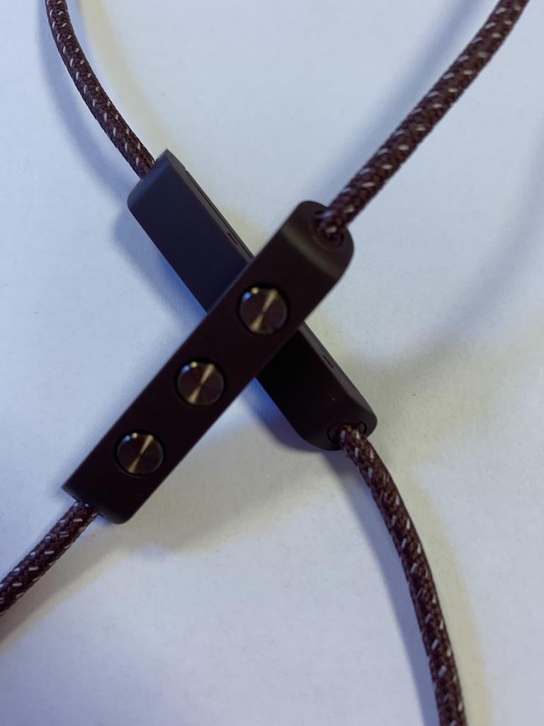 Selv om det er «klosser» på tråden føles disse ikke tunge ut i bruk, og en merker ikke at de er der før en griper etter feil kloss for å justere volum.