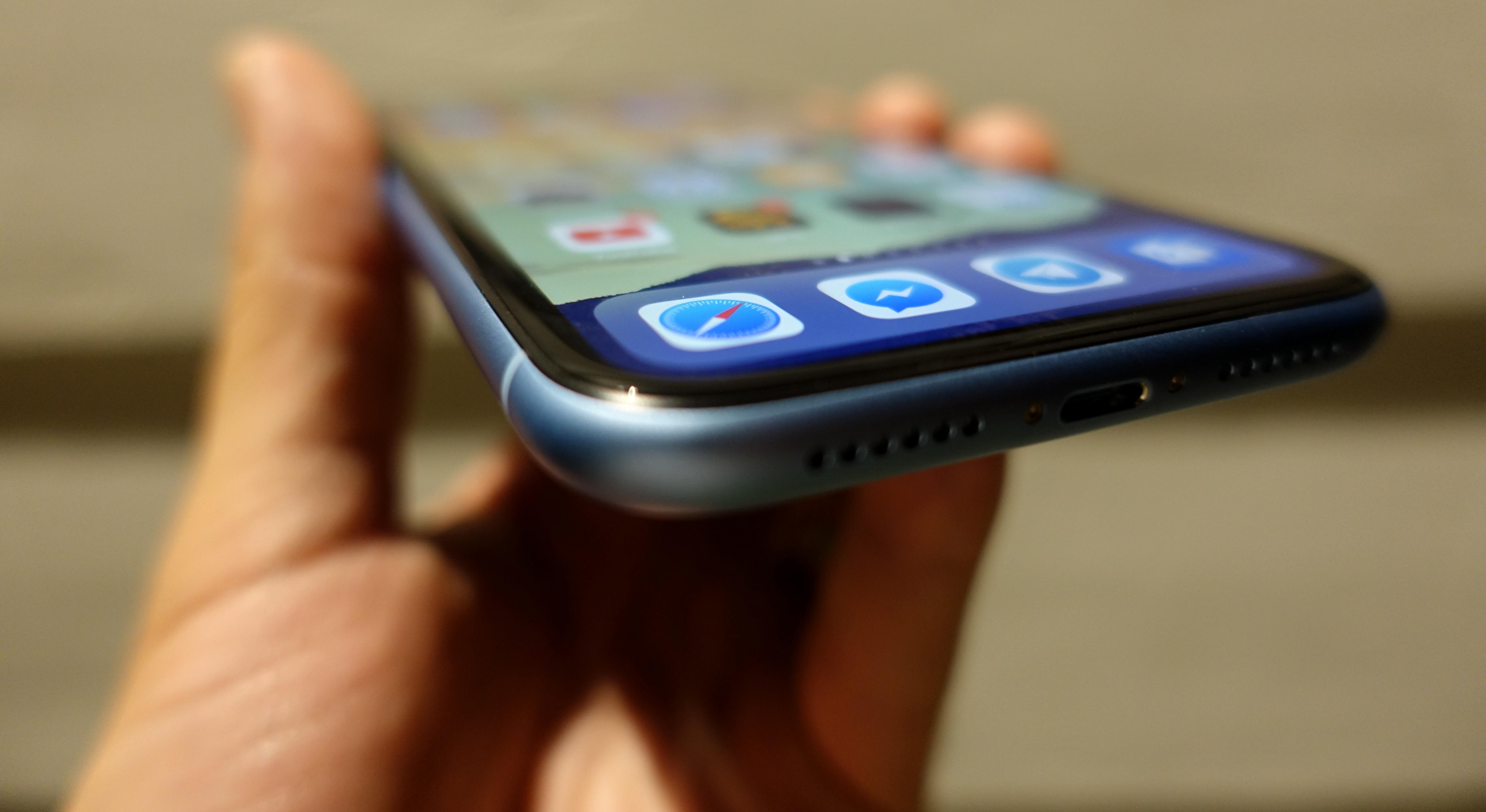 Blåfargen ser flott ut, men siden Xr også har glass på baksiden, er det tryggeste å dekke den til.