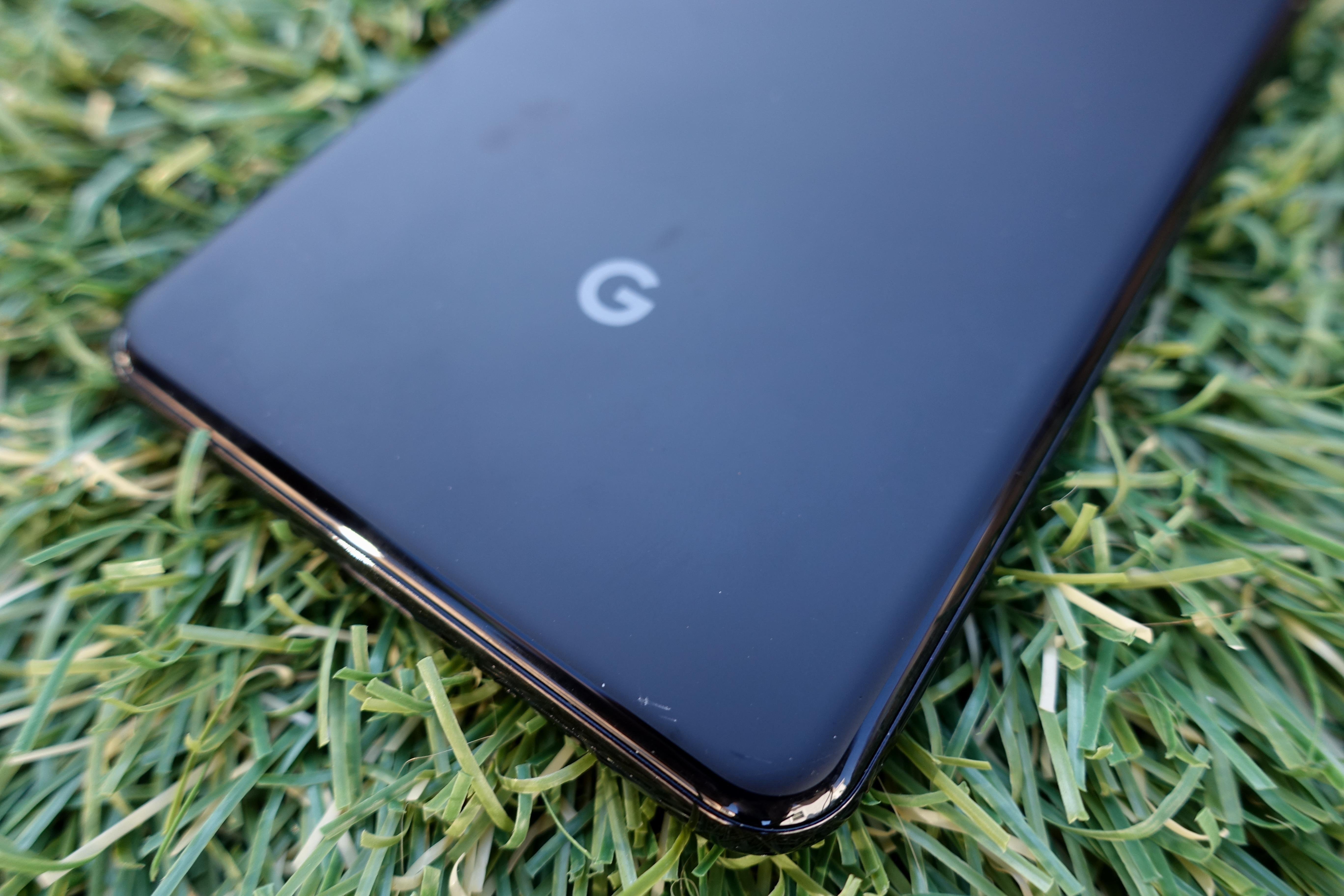 Google-logoen er å skimte nærme USB C-inngangen. Utover det er alt rent og pent.