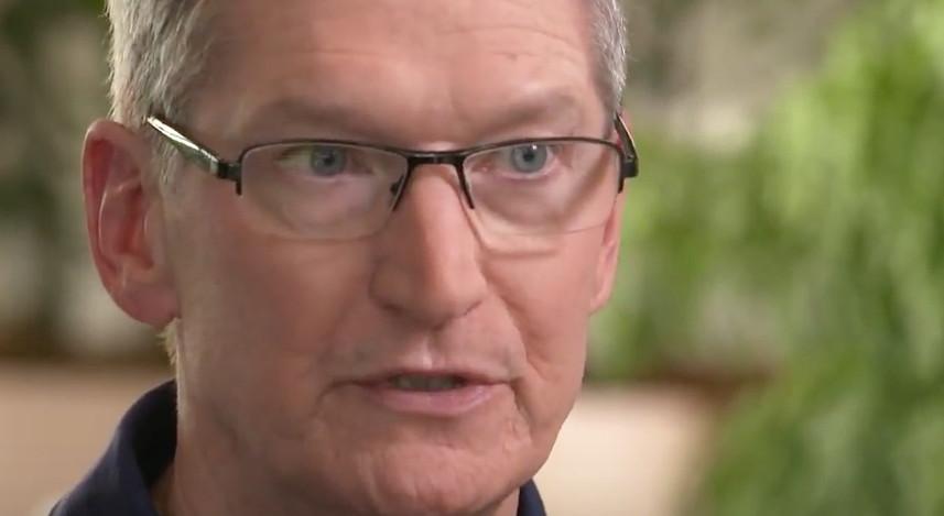 Tim Cook skrev et brev til de ansatte der det går fram at Apple-veteranen som tar over ansvaret for butikkene skal sørge for bedre opplevelser.