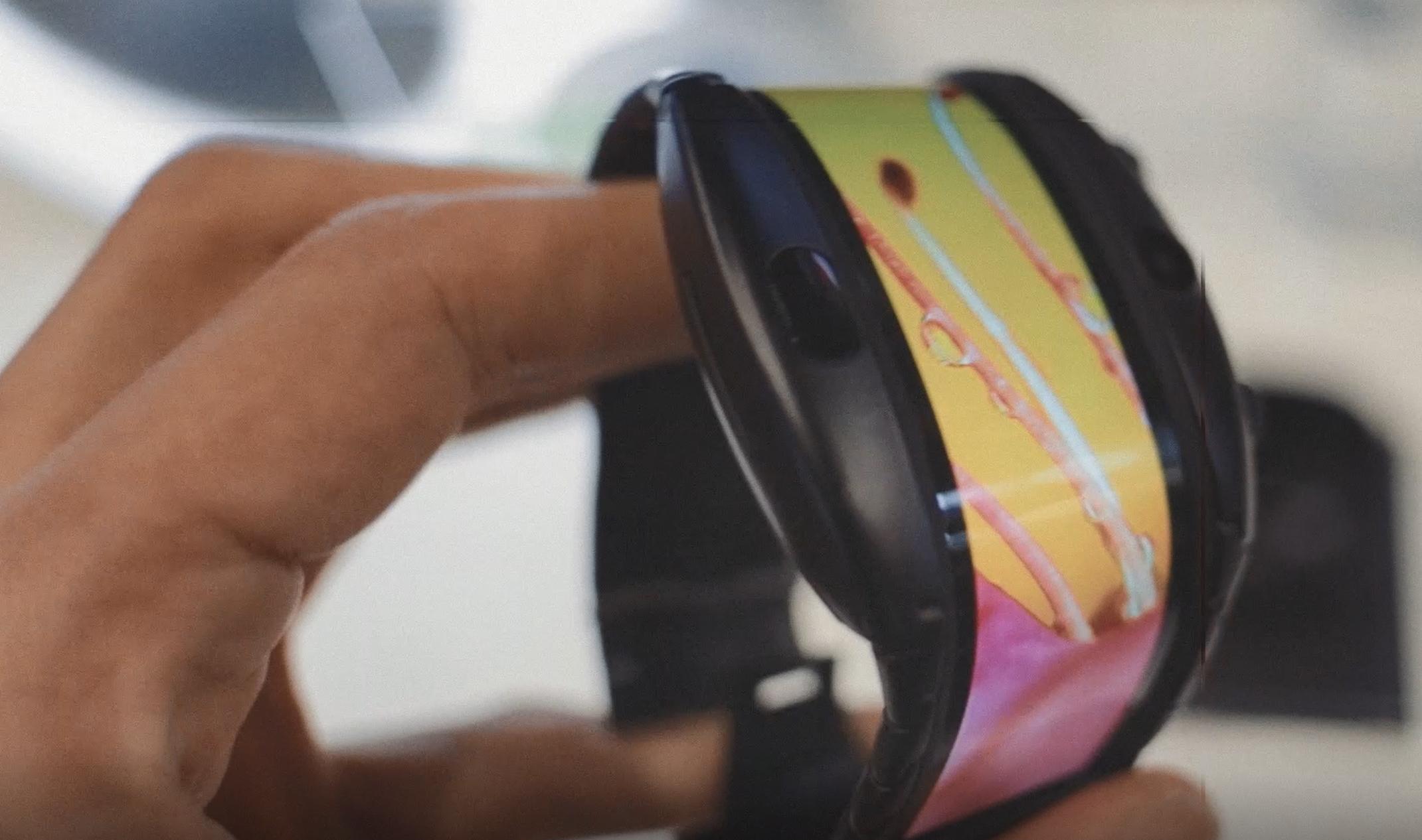 Her er klokka med skjerm som brettes rundt armen din