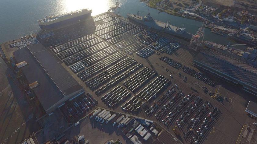 4000 Tesla-biler er klare til å lastes ombord et skip for levering i Europa.