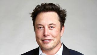 Elon Musk varsler om at vi ikke har nådd den laveste prisen på en Tesla enda. Det skjer om to-tre år.