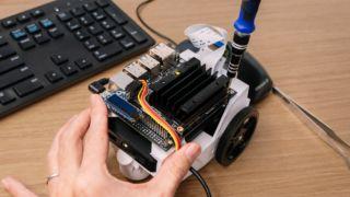 Jetson Nano kobles her til JetBot, en åpenkildekode-robot.