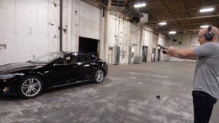 Her blir en skuddsikker Tesla skutt mot - hvor skuddsikker er den?