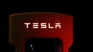 """Ferdig med den """"spartanske dietten"""" - nå skal Tesla hente inn mer penger"""