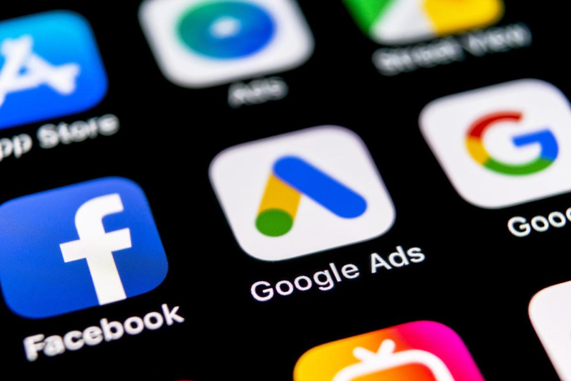 Apple kaster hanskene og gjør seg klar til å ta kampen med de store reklamenettverkene.