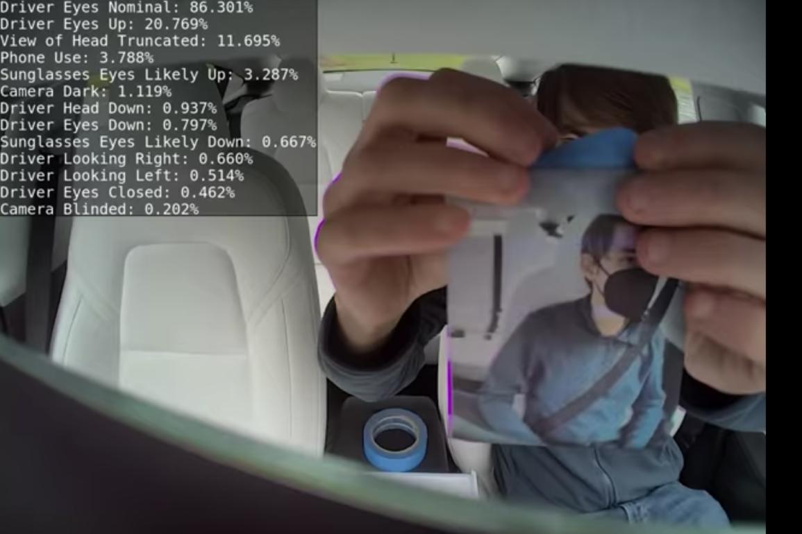 """Her tester hackeren """"greentheonly"""" hva som skal til for å lure kameraet som skal se om du følger med på veien."""