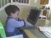 Barn på tastatur