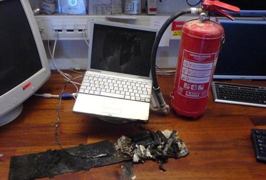Det brennende batteriet falt ut av maskinen, på tross av at det var låst fast. metallet det utbrente batteriet ligger på er restene av Sølve Skredes tastatur.