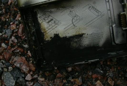 Eksplosjonen var så kraftig at batteriet hoppet ut av kammeret, som var låst. Normalt er det ikke mulig å få det løs med hendene.