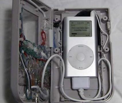 <b>KABLET: </b> Retrofutteralet er kablet slik at iPod-en kan styres ved hjelp av GameBoy-kontrollene.