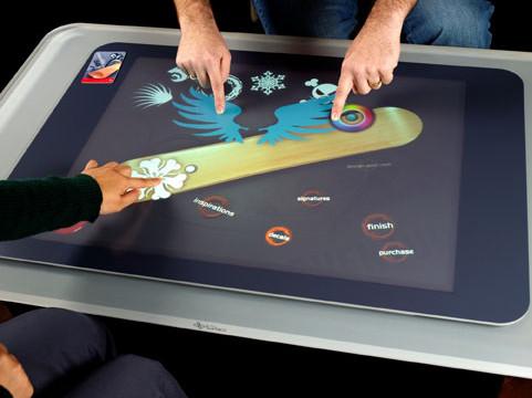 <b>TA PÅ MEG: </B> Fremtidsbordet Microsoft Surface er en en del av Bill Gates' fremtidsvisjon.