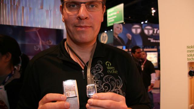 <b>BITTELITEN: </b> Nokias økosensor og den tilhørende mobilen er små og nette, noe som blir tydelig når de fotograferes rundt halsen på en stor, finsk Nokia-ansatt.