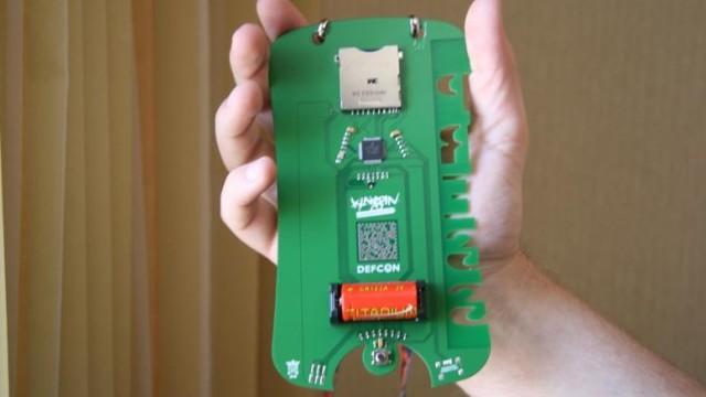 Baksiden av kortet har et stort batteri og IR-overføring så man kan hacke andres kort. Samme IR har også hacker-kode som kan slå av TVer.
