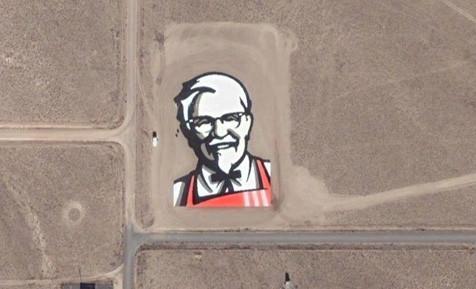 Mer reklame. Denne gang er det Kentucky Fried Chicken som har en voldsomt glorete plakat.