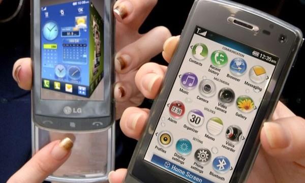 Som man ser på telefonen til venstre brukes tastaturet som touchoverflate for å navigere i menyene.