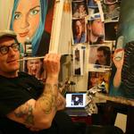 New York-kunstneren Matt Held spesialiserer seg på å lage folks Facebook- og Twitter-portretter - for hånd.