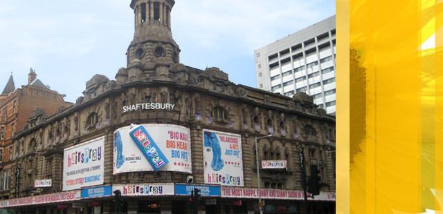 På ærverdige Shaftesbury Theatre i London spilles for tiden «Hairspray». Nå kan utlendinger få oversatt replikkene til sitt eget språk.