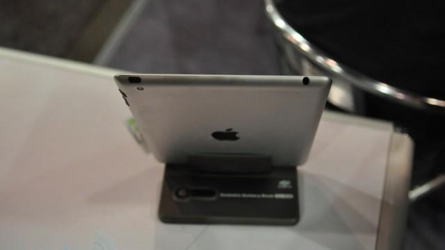 En iPad 2-mockup fra CES 2011. Legg merke til at kurvedesignet kjent fra første generasjon er borte. Dette har også tidligere blitt ryktet.