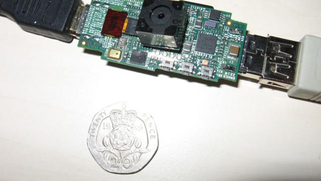 Raspberry Pi med påmontert 12MP-kamera.