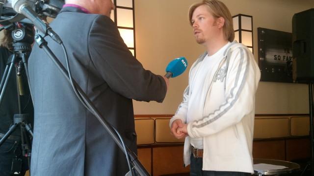 Max Manus og Trolljegeren-produsenten intervjues av NRK. Produsenten ønsker det nye lovforslaget velkommen, men ser først og fremst på endringene, om de blir vedtatt, som en advarsel til personer som ønsker å piratkopiere.