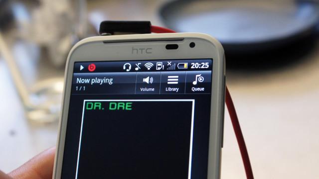 Et rødt Beats-ikon kommer opp når kompatibelt headsett er plugget inn.