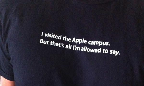 En viss selvironi er tross alt å spore hos Apple. Denne t-skjorta selges faktisk i internbutikken deres.