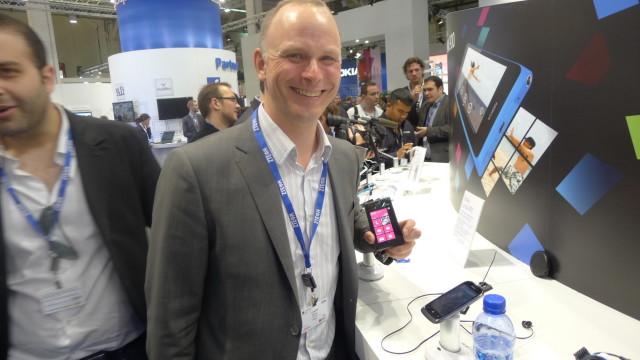 Microsofts Fredrik Gørrisen poserer stolt med en Lumia