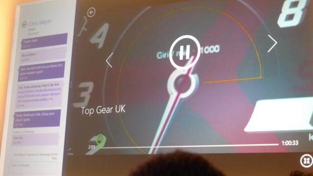 Meldings-appen på venstre side samtidig som en video spilles.