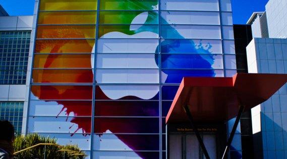 Utenfor San Fransiscos Yerba Buena Center for the Arts i forkant av iPad 3-pressekonferansen.