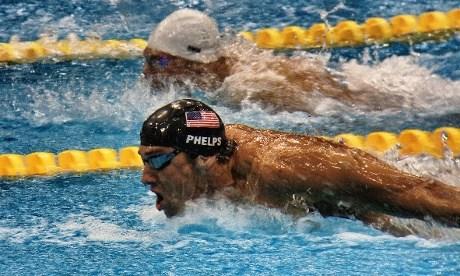 Michael Phelps leder foran Dinko Jukic i 200m butterfly for menn. Tatt med iPhone 4S og Canon kikkert.
