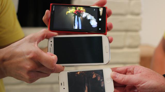 Lumia 920 øverst, etterfulgt av Samsung Galaxy SIII og Apple iPhone 4S.