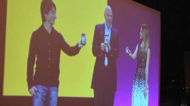 Windows Phone-sjef Joe Belfiore, Steve Ballmer og Jessica Alba (!). Sistnevnte reklamerte for Windows Phone (som tidligere iPhone-bruker), og sin egen app for mødre.
