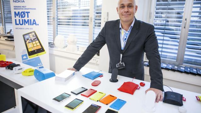 Smarte ladeputer, men uten lanseringsdato. Henrik Fagernes, salgssjef hos Nokia Norge, poserer stolt med de nye modellene.