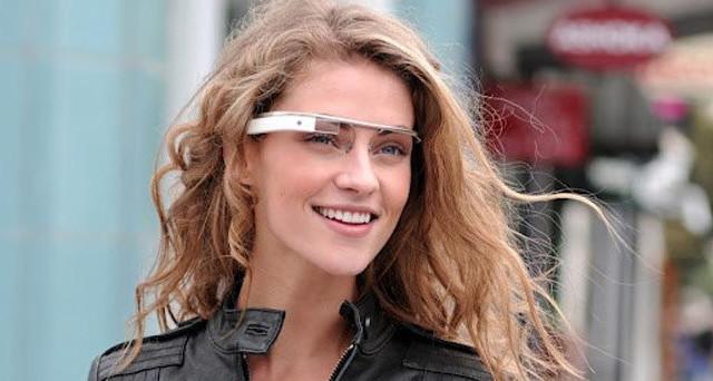 Google-brillen i standardutgave, komplett med ung og pen modell.