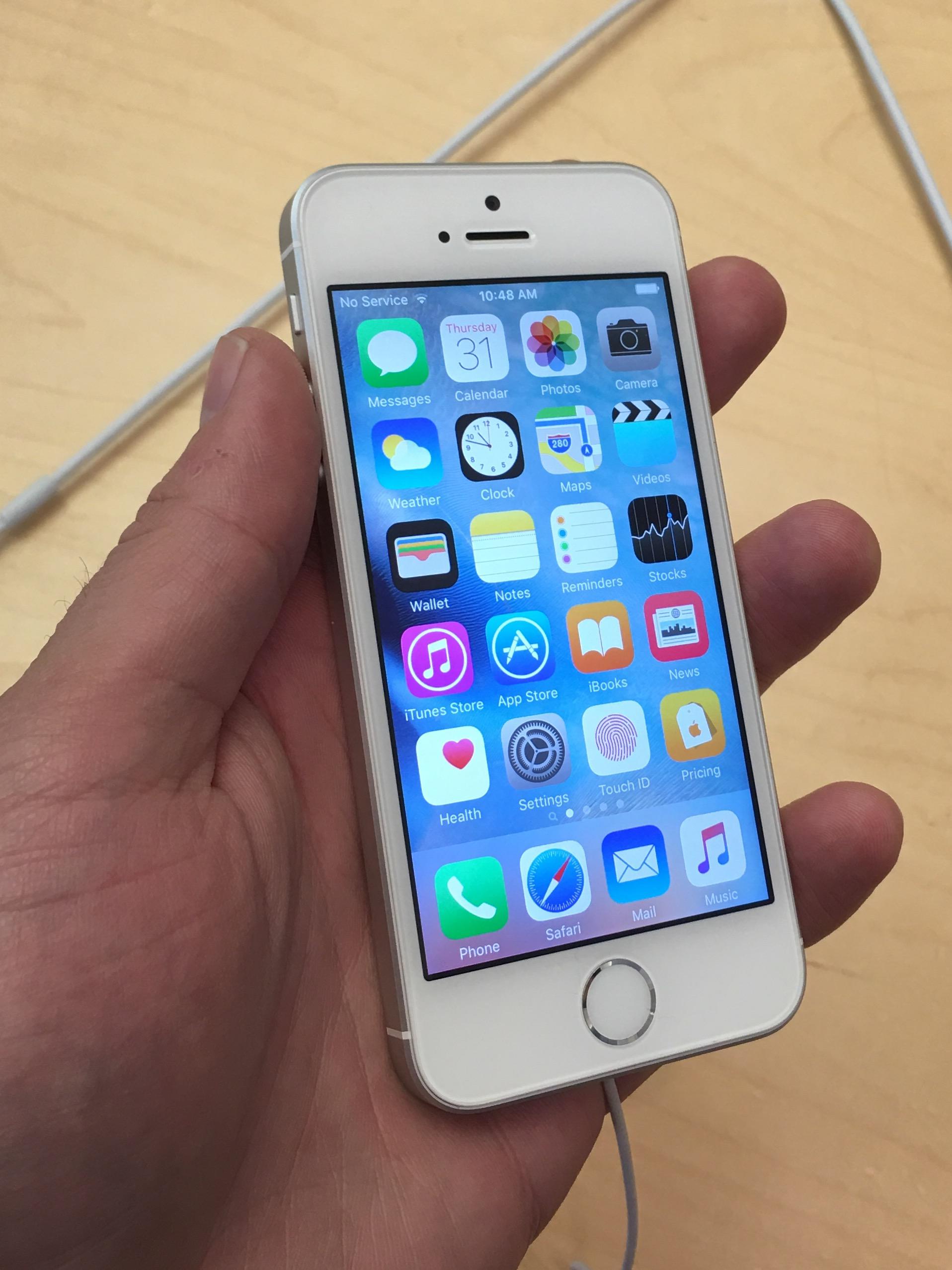 iPhone SE er Apples billigste mobil, men den er lynkjapp og har bedre batterilevetid enn iPhone 6s og 6s Plus.