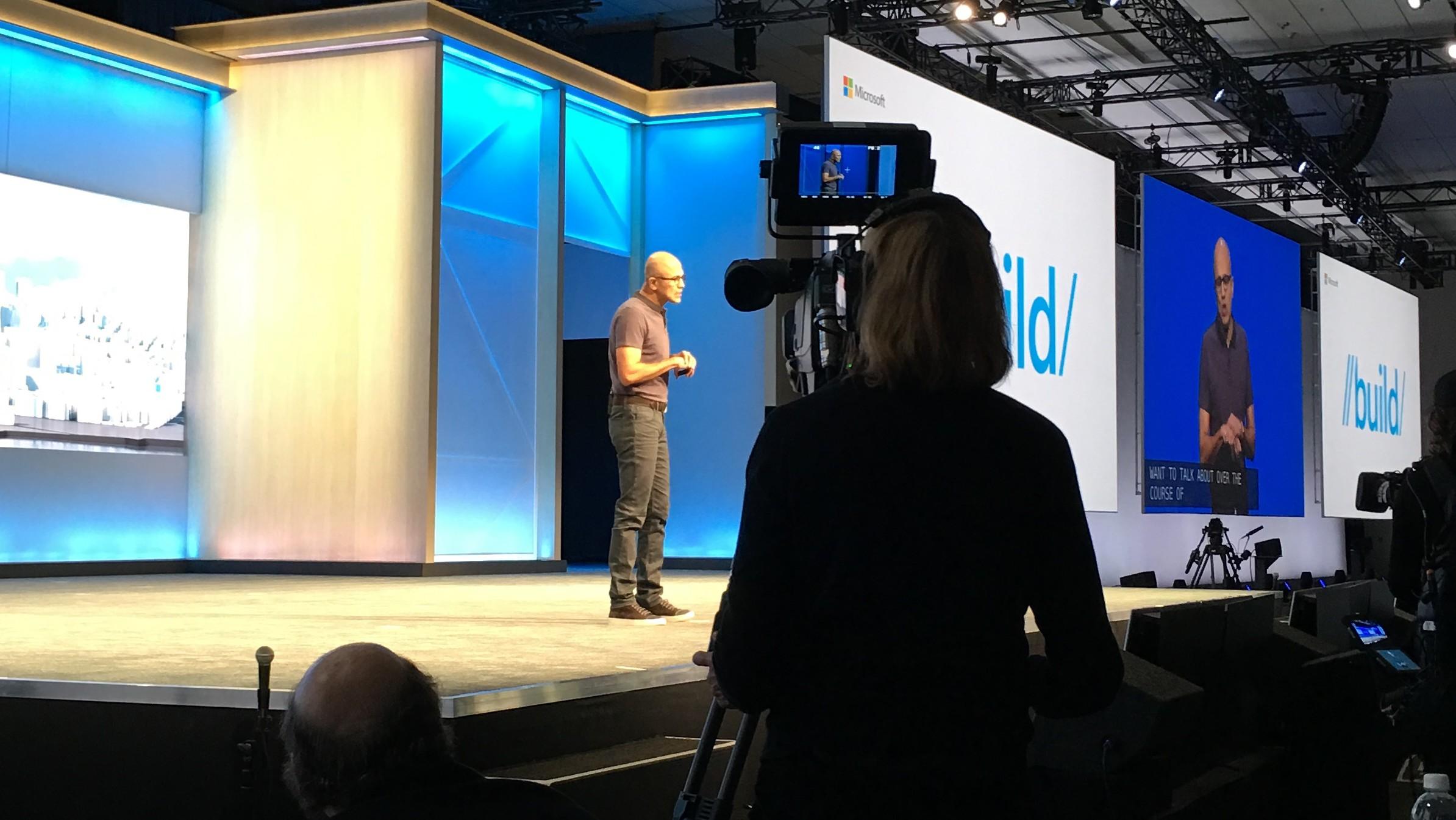 Satya Nadella på scenen under Build 2016 første dag.