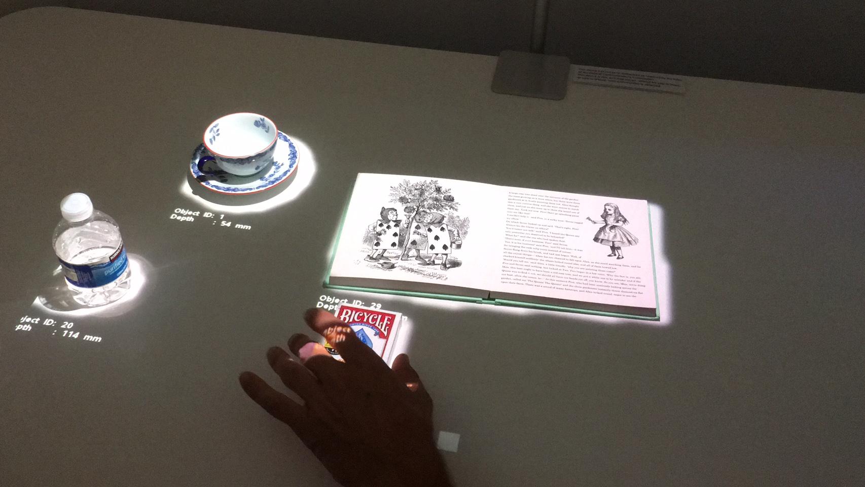 En projektor med banebrytende teknologi analyserer hva som er på bordet, ser størrelsen på objekter og reagerer på bordberøringen.