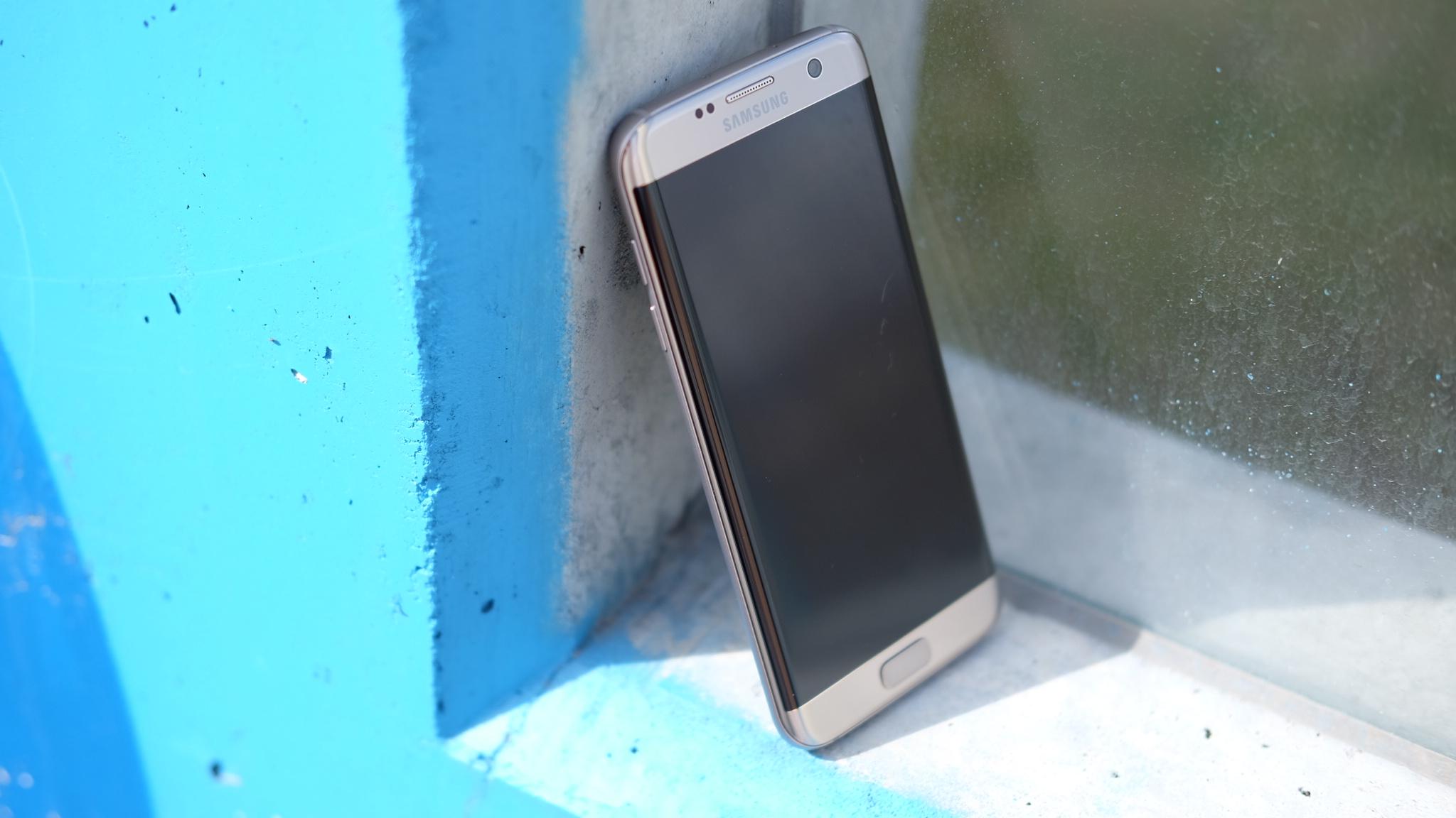 Går Apple for glass-design neste år? Godt mulig. Her poserer flotte Galaxy S7 Edge.