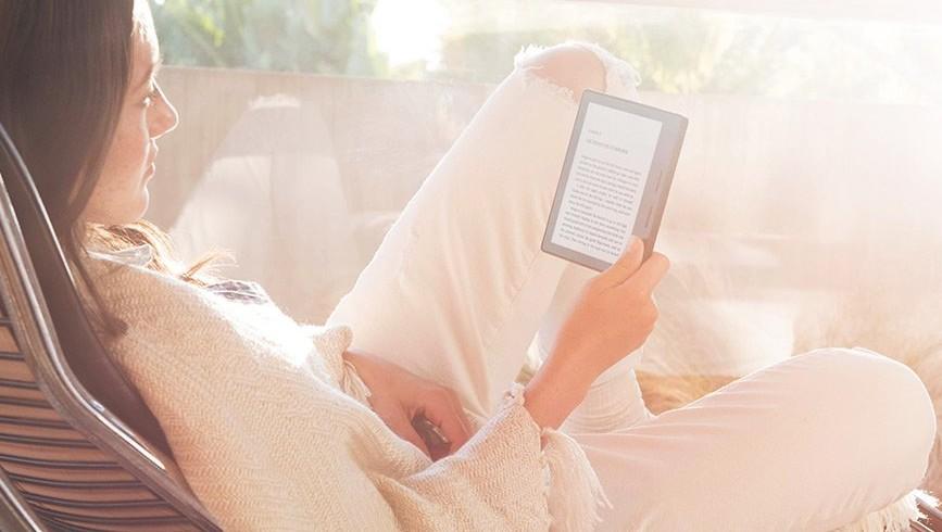 Kindle Oasis er det tynneste lesebrettet Amazon har laget, og den med lengst batterilevetid (og en høy pris).