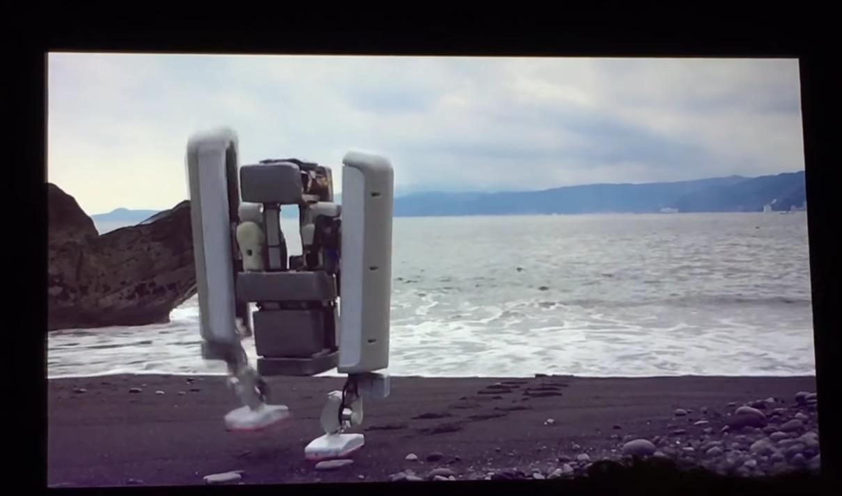 Vi kan her se Schaft sin robot manøvrere seg bortover stranden uten problemer.