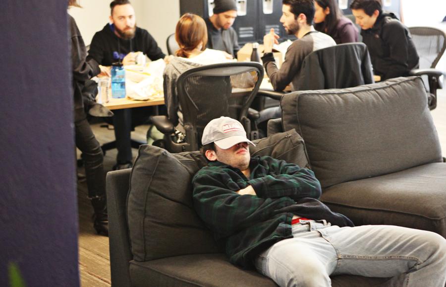 - Noen av elevene er her nesten døgnet rundt, jeg må ofte be de om å gå hjem og sove, forteller Zack etter timen. -De er fullstendig hektet på koding.