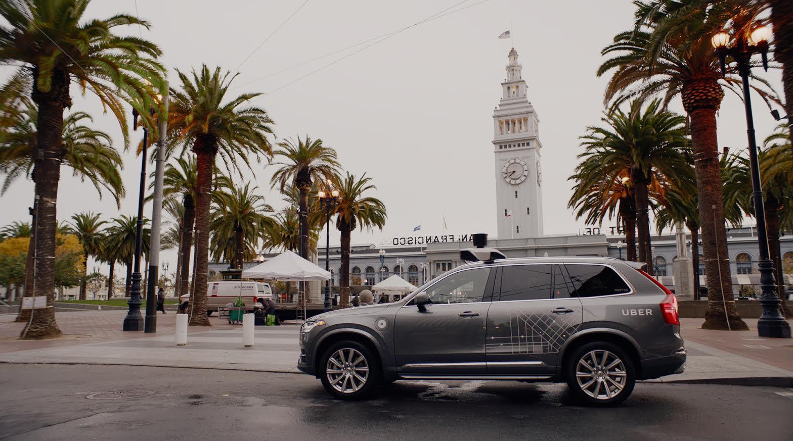 Ubers selvkjørende Volvo XC90-er ruller rundt på gatene i California.