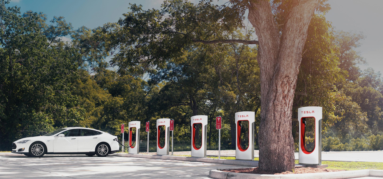 Nå kan du ikke lenger bruker Teslas superladere som parkeringsplass etter endt lading.